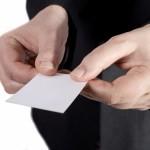 Entregar tarjeta con las dos manos en China