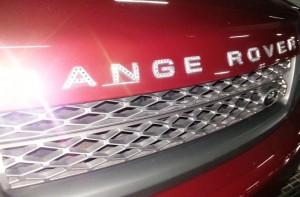 Diamantes en las letras de un coche chino