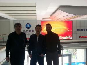 La hospitalidad china se refleja en la inclusión de los nombres de sus visitantes en pantallas LED
