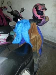 """Los trabajadores chinos que se desplazan en motocicleta desarrollan accesorios """"low-cost"""" para las mismas"""
