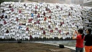 Monumento chino consistente en una pared de inodoros